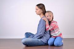 Nadenkende het omhelzen moeder en dochter Royalty-vrije Stock Foto's