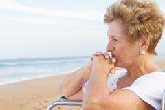 Nadenkende hogere gehandicapte vrouw royalty-vrije stock foto