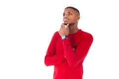 Nadenkende jonge Afrikaanse Amerikaanse mens die omhoog kijken Royalty-vrije Stock Afbeeldingen