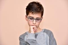 Nadenkende jonge jongen Royalty-vrije Stock Foto