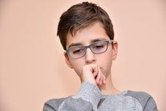 Nadenkende jonge jongen Stock Fotografie