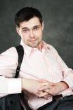 Nadenkende jonge mens in roze overhemd Royalty-vrije Stock Afbeelding
