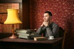Nadenkende jonge schrijver stock foto's