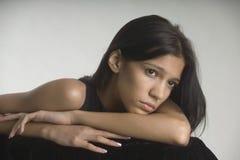 Nadenkende jonge vrouw royalty-vrije stock foto's