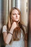 Nadenkende jonge vrouw Stock Foto