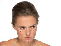Nadenkende jonge vrouw met plastische chirurgietekens royalty-vrije stock afbeeldingen
