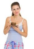 Nadenkende jonge vrouw in pyjama's na slaap met Stock Foto
