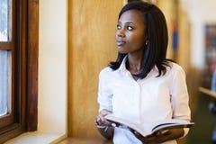 Nadenkende jonge vrouwelijke student Royalty-vrije Stock Foto
