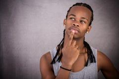 Nadenkende jonge zwarte mens Stock Afbeelding