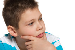 Nadenkende jongen die opzij kijken Stock Fotografie