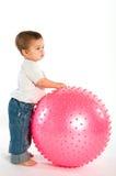 Nadenkende jongen met roze geschiktheidsbal Royalty-vrije Stock Foto's