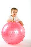 Nadenkende jongen met roze geschiktheidsbal Stock Foto's