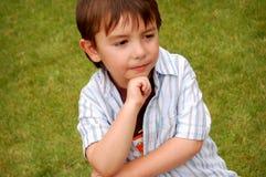 Nadenkende jongen in openlucht Stock Foto's