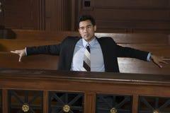 Nadenkende Mannelijke Advocaat Sitting In Courtroom stock afbeelding