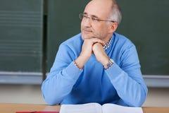 Nadenkende mannelijke leraar in klasse Royalty-vrije Stock Foto's