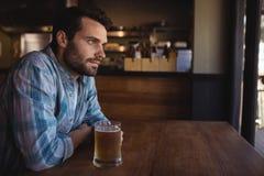 Nadenkende mens die bier hebben Stock Foto's