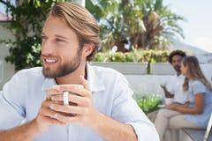 Nadenkende mens die een koffie hebben Royalty-vrije Stock Foto's
