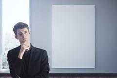 Nadenkende mens met lege affiche Stock Foto
