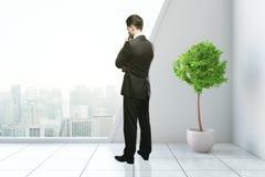 Nadenkende mens in modern binnenland Stock Foto's