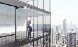 Nadenkende mens op balkon Royalty-vrije Stock Foto