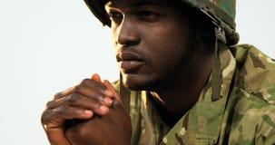 Nadenkende militaire militairzitting stock video