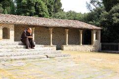 Nadenkende monnik van Convento Di San Francesco, Italië stock foto's