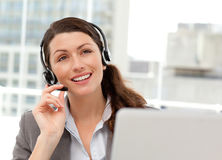 Nadenkende onderneemster die op de telefoon spreekt Royalty-vrije Stock Fotografie
