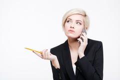 Nadenkende onderneemster die op de telefoon spreekt Royalty-vrije Stock Afbeeldingen