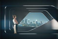 Nadenkende onderneemster in futuristisch binnenland Royalty-vrije Stock Foto