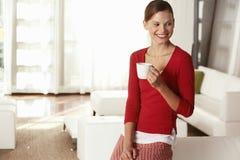 Nadenkende Onderneemster Holding Coffee Cup in Bureau stock afbeeldingen