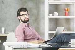 Nadenkende ontspannende mens met laptop Stock Afbeelding