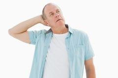 Nadenkende oudere mens die omhoog kijken Stock Fotografie