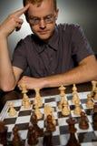 Nadenkende schaakmeester Royalty-vrije Stock Afbeeldingen