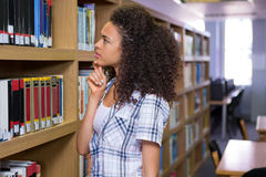 Nadenkende student in bibliotheek Royalty-vrije Stock Afbeelding