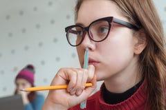 Nadenkende student bij de universiteit Portret van het denken het vrouwelijke luisteren aan spreker, leraar, professor hipster stock afbeeldingen