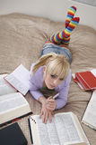 Nadenkende Student Learning In Bed stock afbeeldingen