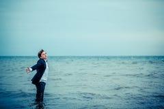Nadenkende Tiener die zich bij het Overzees in Zwart-wit bevinden Stock Fotografie