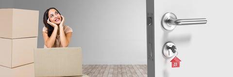 Nadenkende vrouw in 3d ruimte met dozen en deuren Stock Afbeeldingen