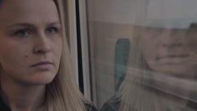 Nadenkende vrouw in de trein stock footage