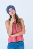 Nadenkende vrouw die hoed met vinger op kin dragen Stock Foto's