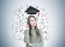 Nadenkende vrouw in het groene benadrukken, onderwijs stock foto's