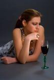 Nadenkende vrouw met glas wijn Stock Afbeelding