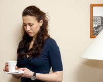 Nadenkende vrouw met kop van koffie Stock Foto