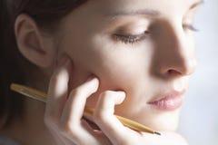Nadenkende Vrouw met Pen Resting Hand On Chin royalty-vrije stock foto's