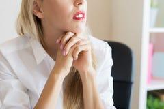 Nadenkende vrouw op het werk stock foto