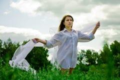Nadenkende vrouw in witte rok Royalty-vrije Stock Foto