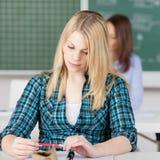 Nadenkende Vrouwelijke Student Looking At Pen royalty-vrije stock fotografie