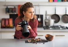 Nadenkende vrouwelijke voedselfotograaf Stock Afbeeldingen