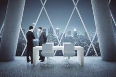 Nadenkende zakenlieden in conferentieruimte Royalty-vrije Stock Afbeeldingen