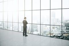 Nadenkende zakenman in binnenland Royalty-vrije Stock Foto